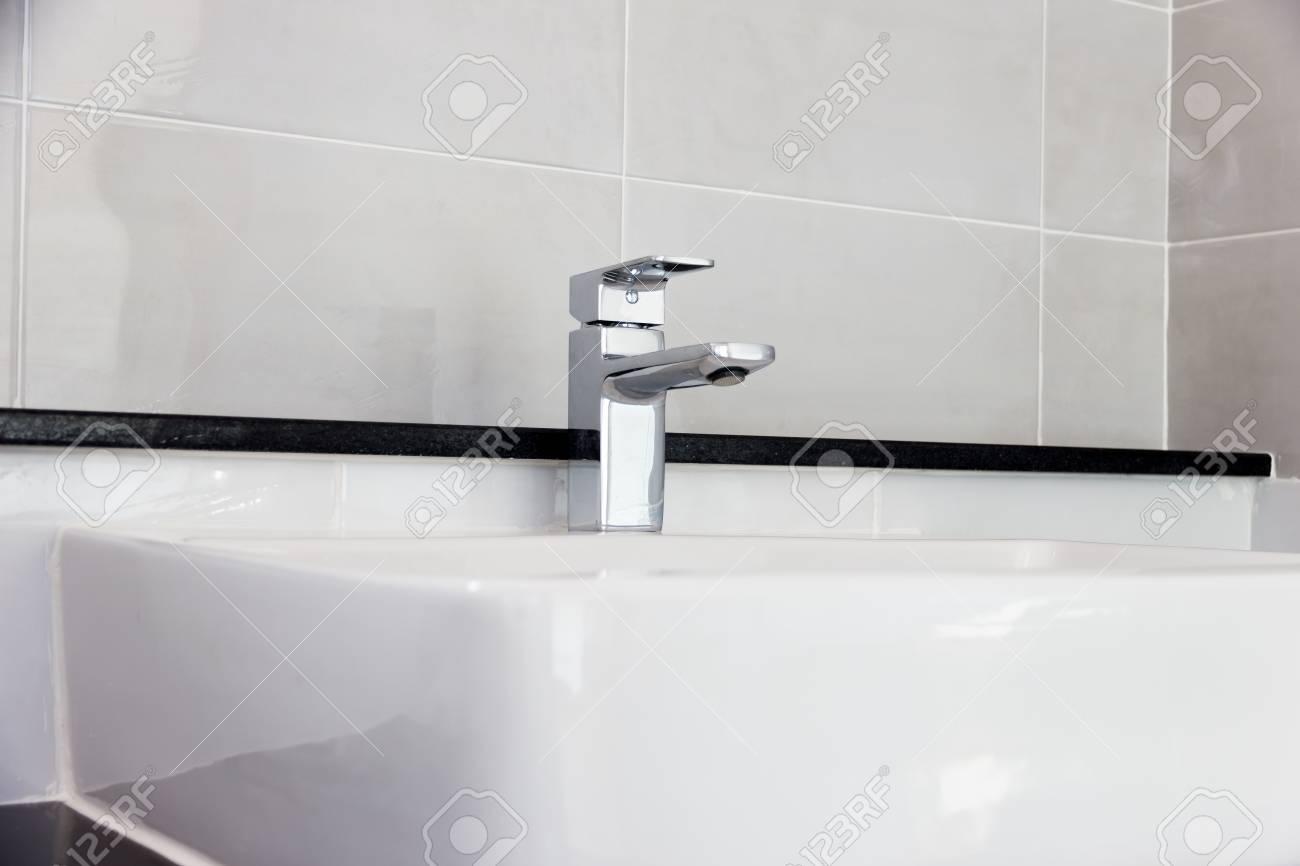 Moderne design badkamer badkamer kraan op wastafel white colur