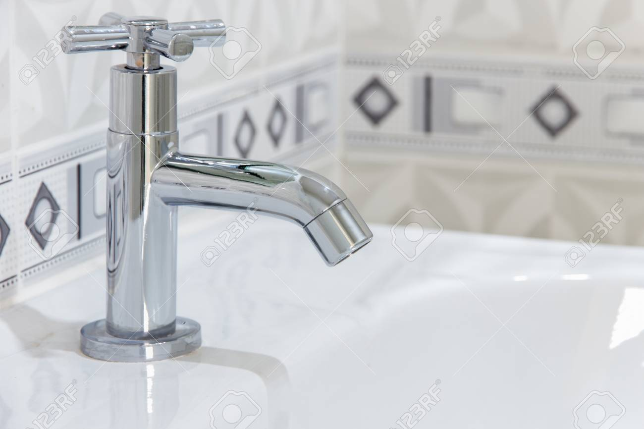 Modernes Design Home Badezimmer Wasserhahn Auf Spüle Weiß Colur  Sanitärkeramik Im Badezimmer Standard Bild