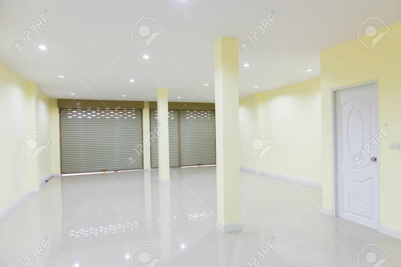 Fond Intérieur Vide Chambre Mur Couleur Jaune Et Porte Blanche ...