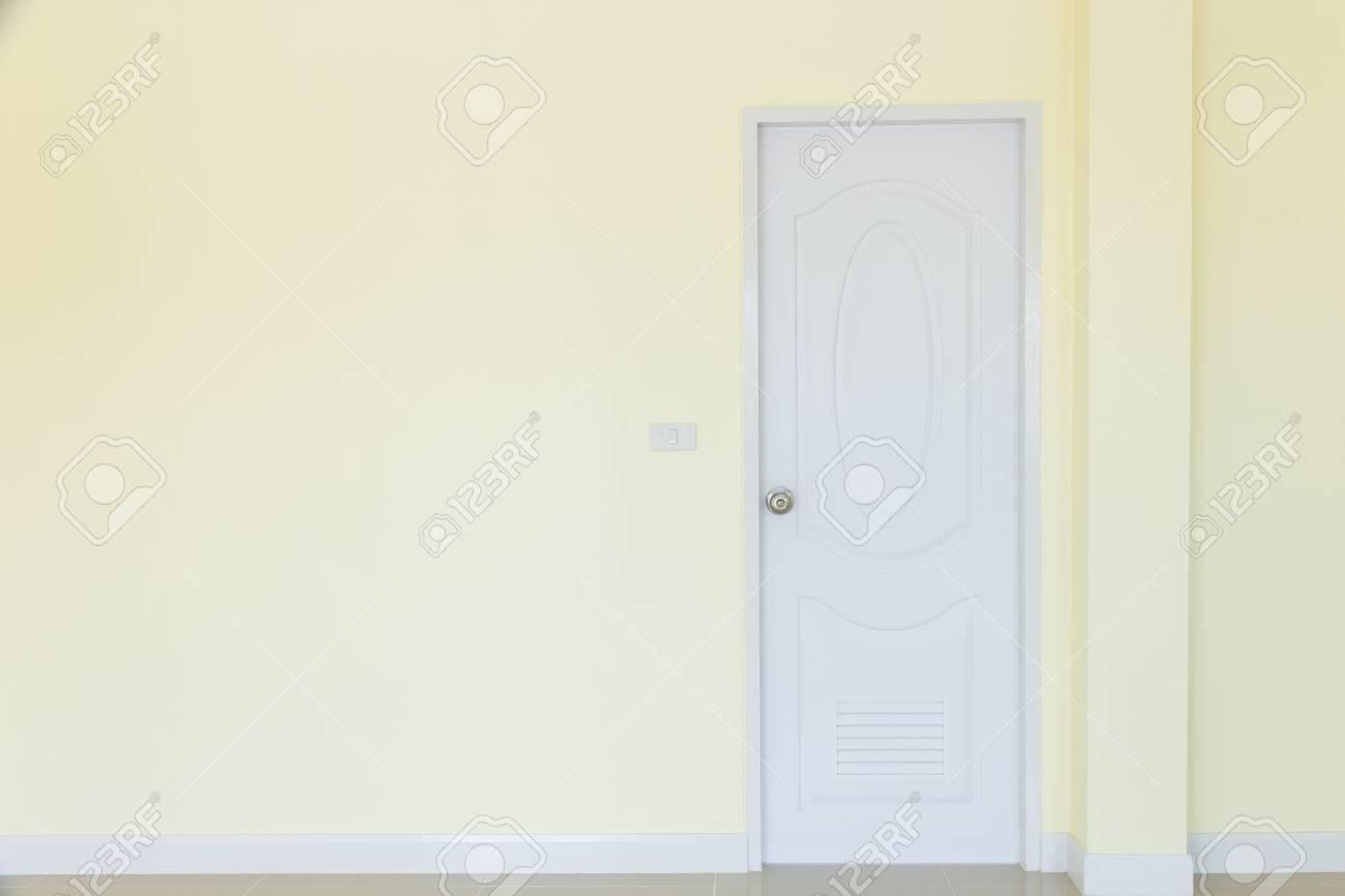 Fond intérieur vide chambre mur couleur jaune et porte blanche