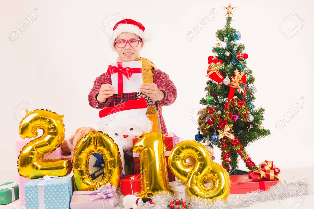 Junge Männer Zeigen Geschenk Sehr Glückliches Weihnachten Und Guten ...