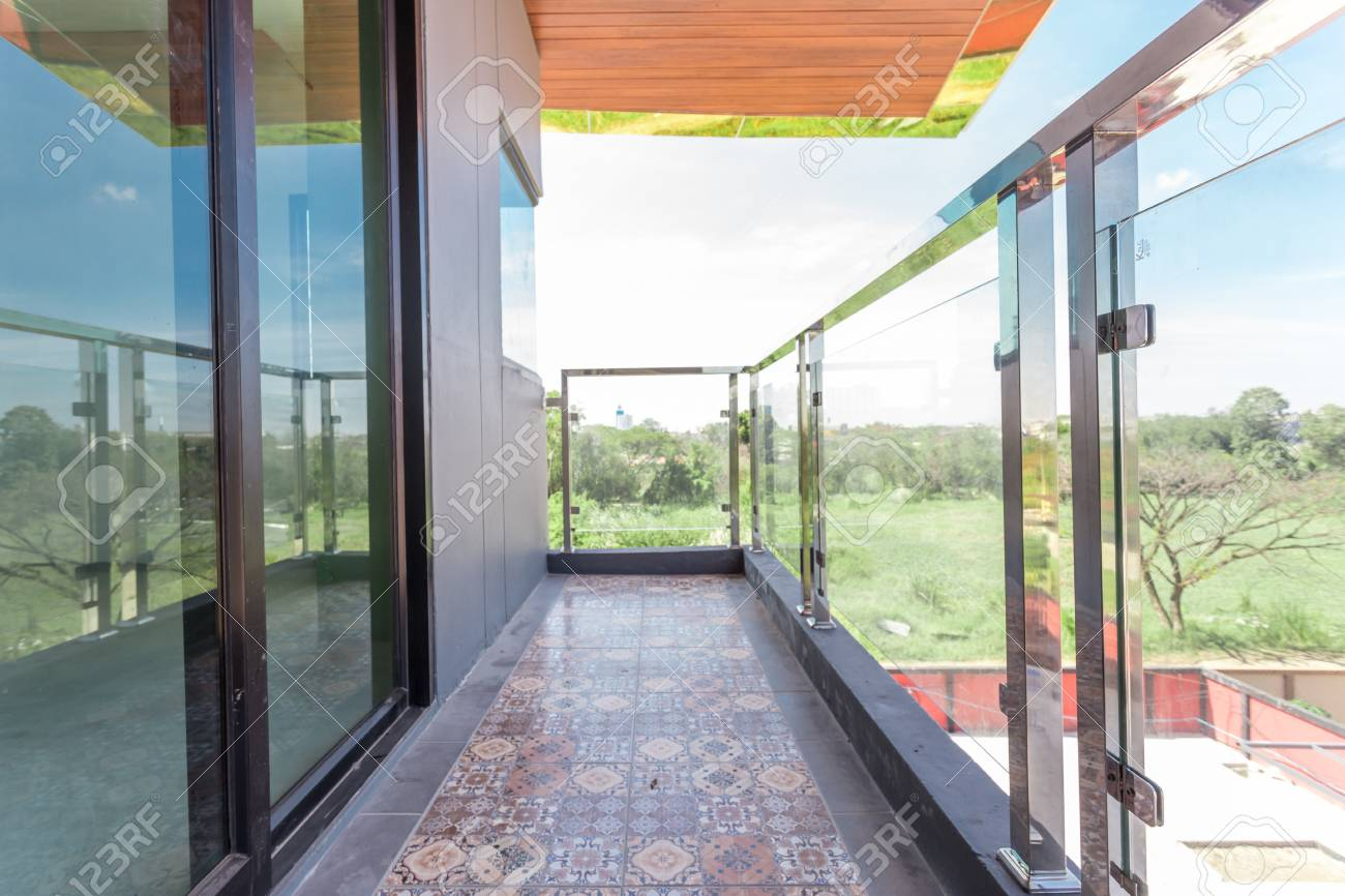 Construction modern style aluminum rail and fall protection tempered glass - 93650835