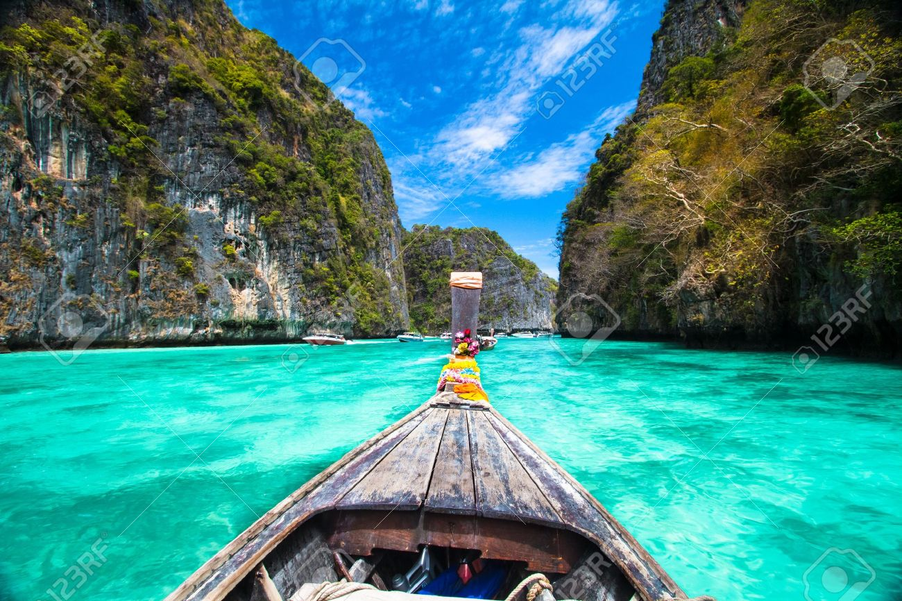 Traditional wooden boat in a picture perfect tropical bay on Koh Phi Phi Island, Thailand, Asia. - 18959301
