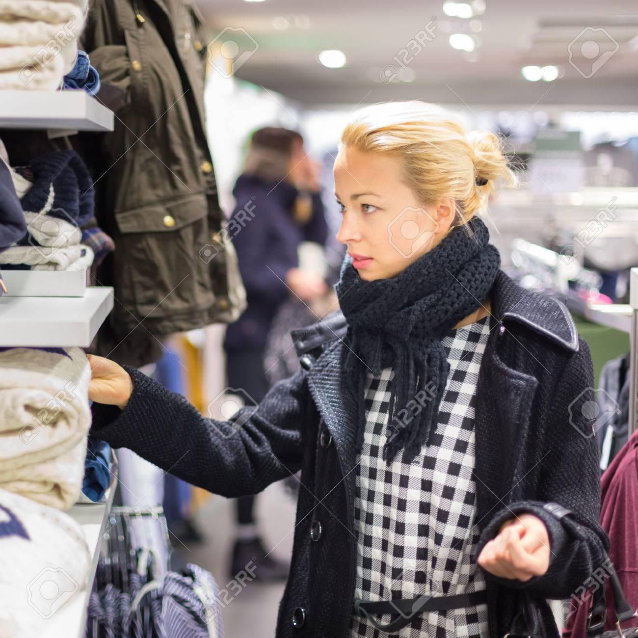 https://previews.123rf.com/images/kasto/kasto1507/kasto150700174/42995813-v%C3%AAtements-femme-commerciaux-shopper-en-regardant-%C3%A0-l-int%C3%A9rieur-de-v%C3%AAtements-en-magasin-beau-mod%C3%A8le-femme-ca.jpg