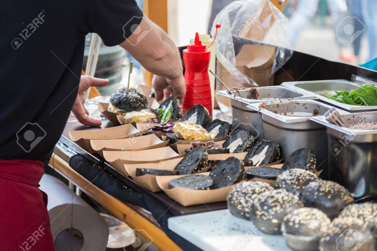Disegno cucina internazionale : Chef Rendendo Hamburger All'aperto Sulla Cucina Aperta Festival ...