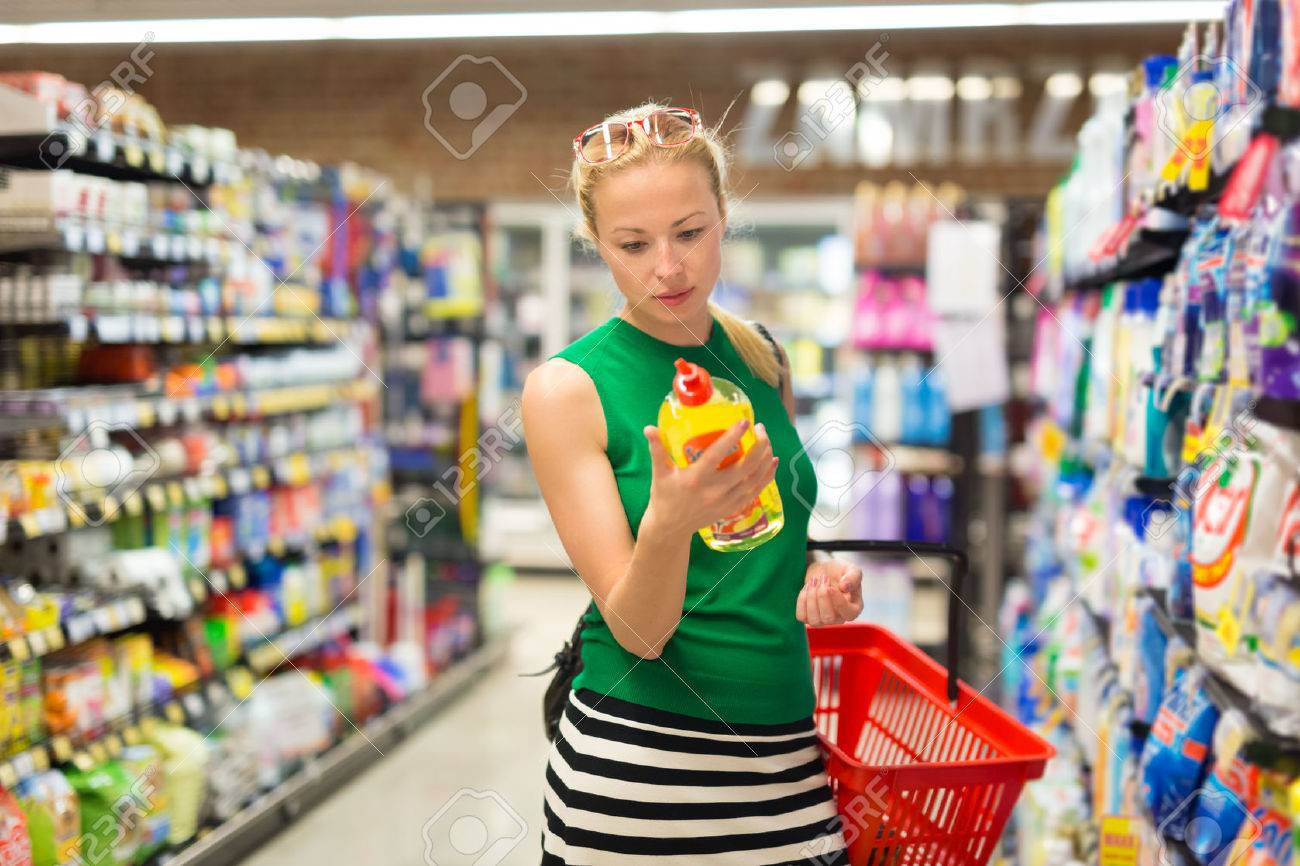 Beautiful caucasian woman shopping cleaners at supermarket. Standard-Bild - 59126811