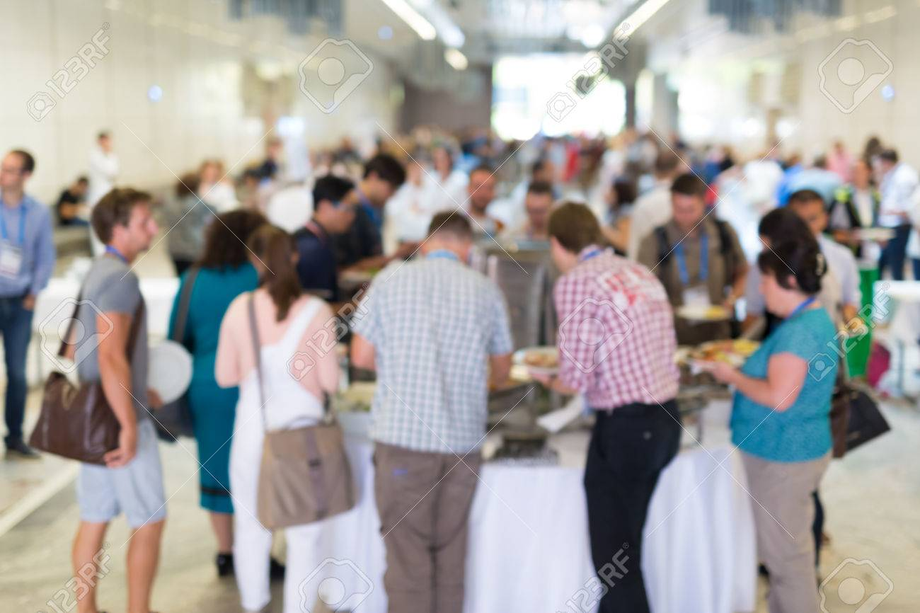 Abstract blurred people socializing during buffet lunch break at business meeting or conference. Standard-Bild - 70543057