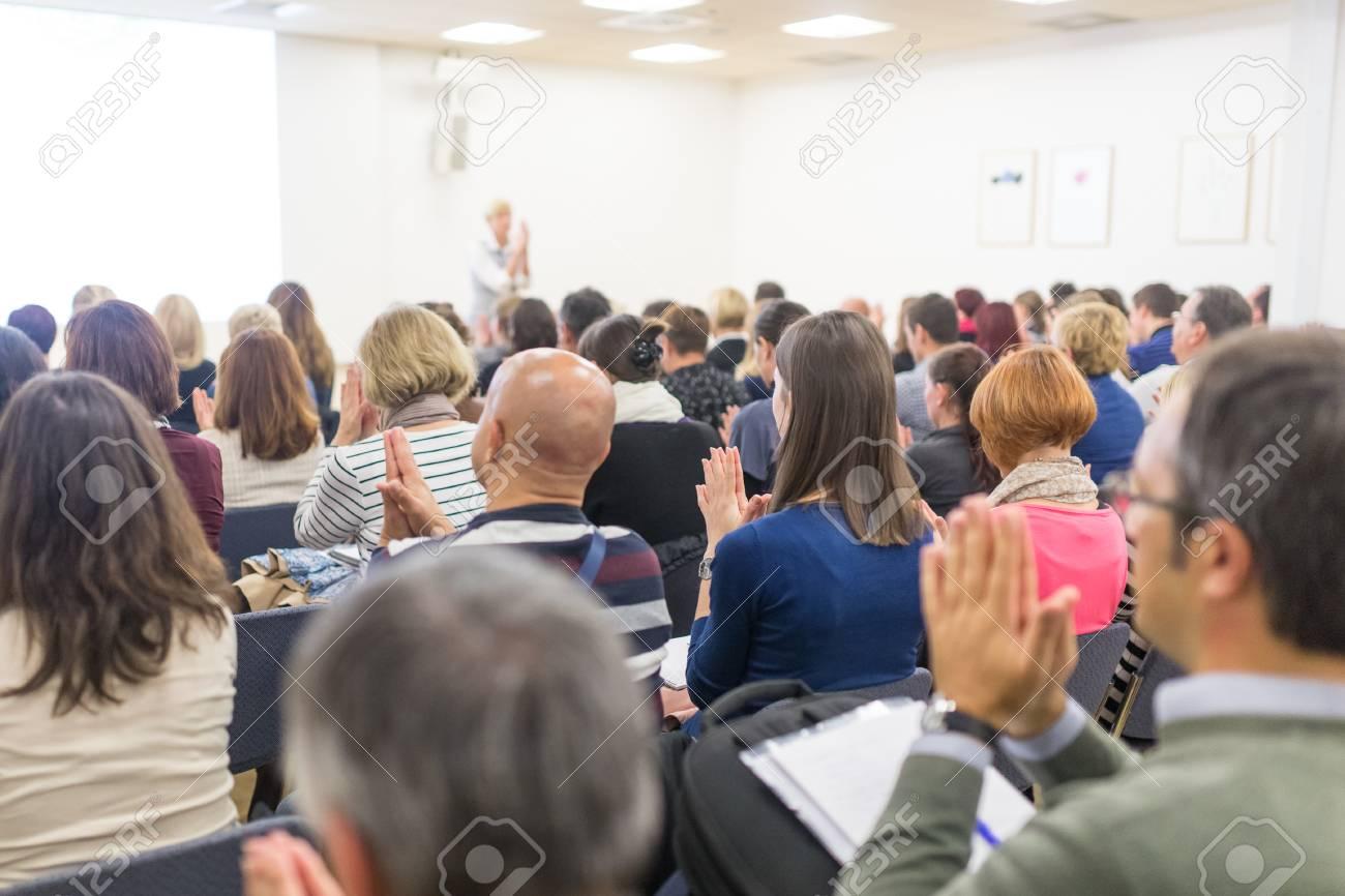 Simpósio De Coaching De Vida Orador Feminino Dando Discurso Motivacional Interativo Na Oficina De Empreendedorismo Audiência Na Sala De