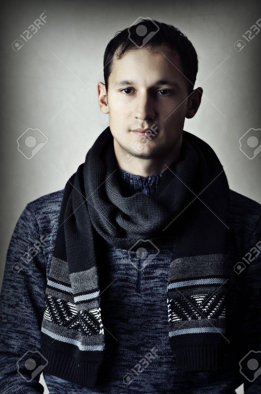 Banque d images - Mode portrait de jeune homme sexy beau dans l écharpe  glamour 12d786386ad