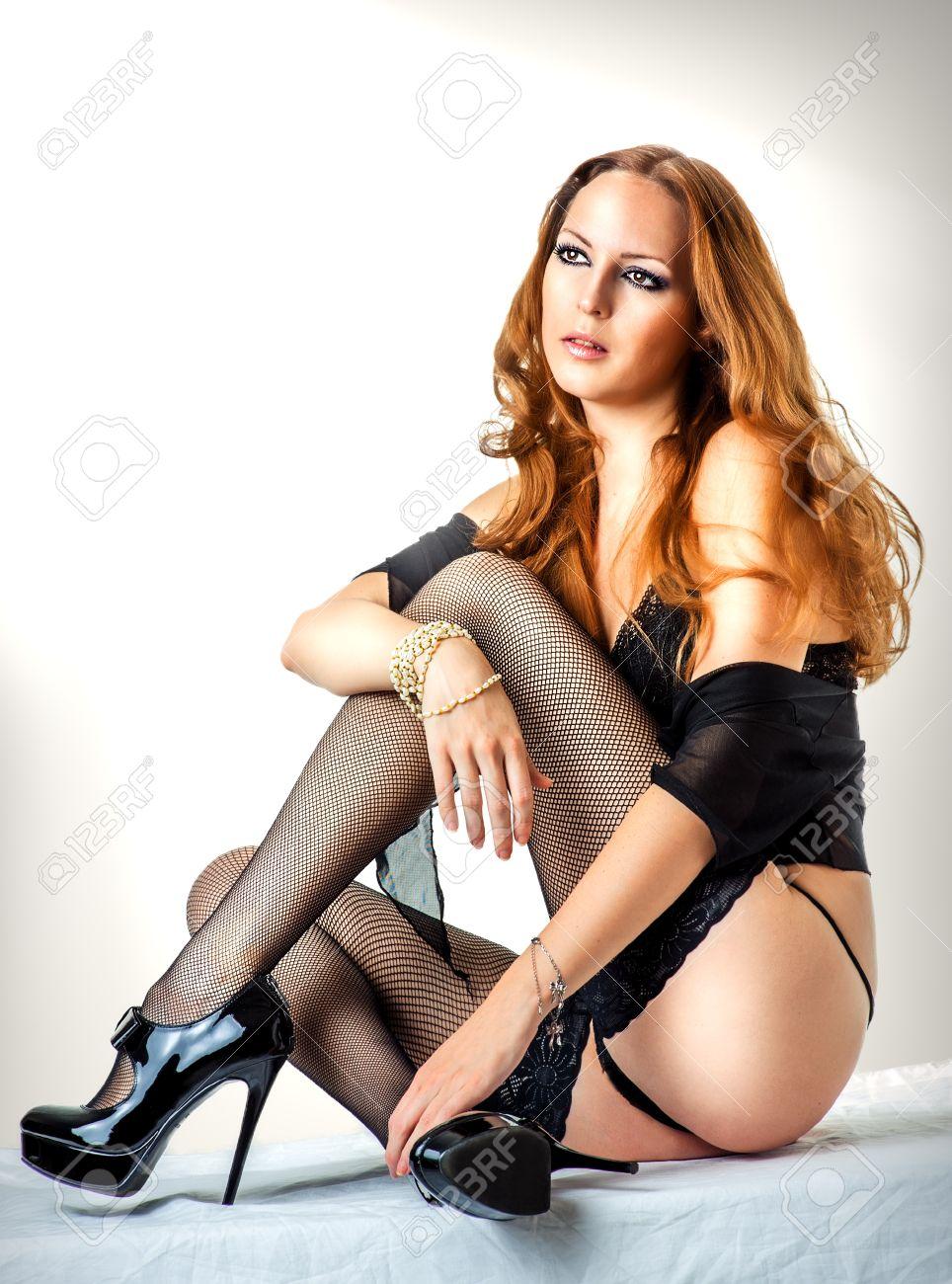 5fc8b7731 Joven mujer sexy con la lencería negro, zapatos de tacón alto barnizado y  medias