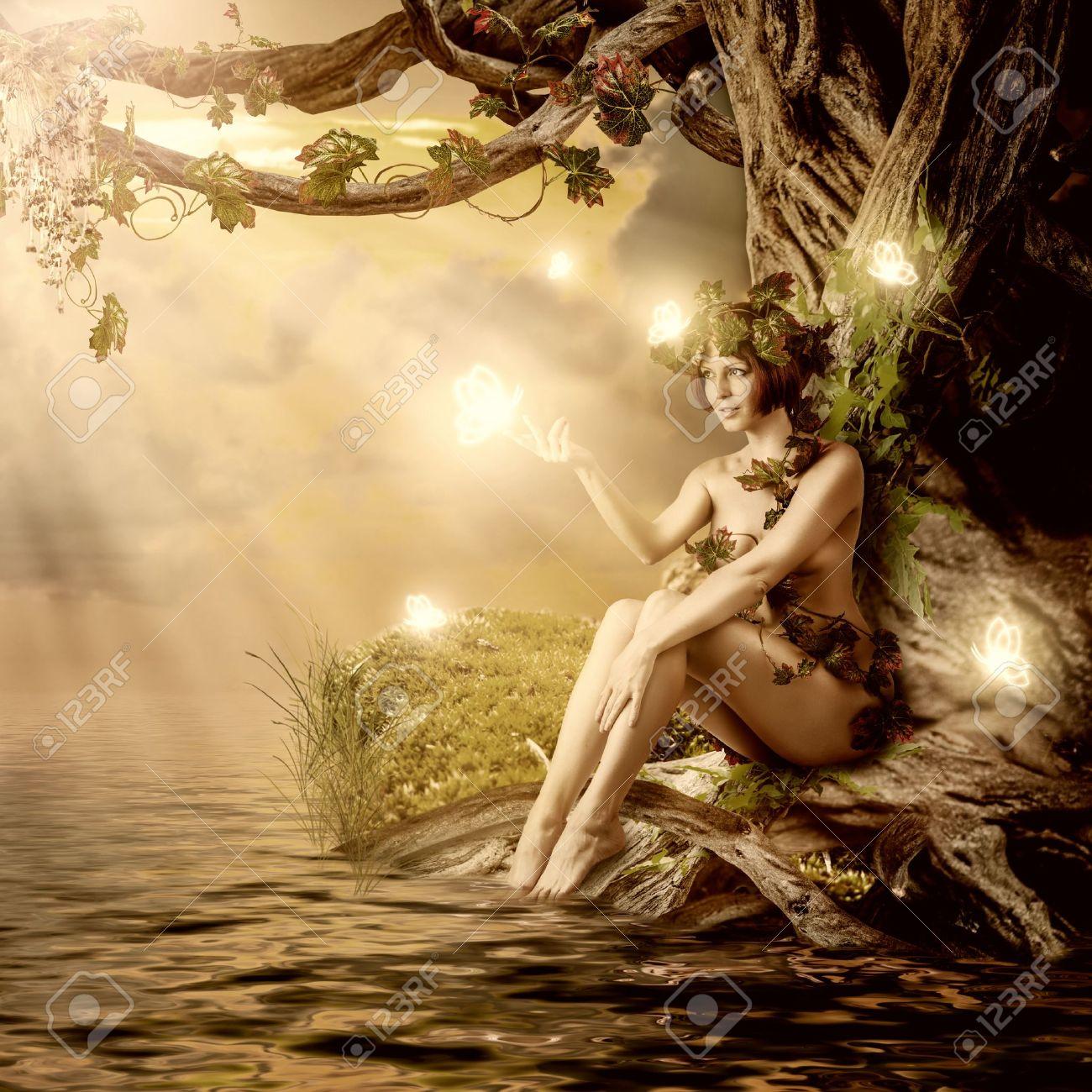 Fantasia De Cuento De Hadas Hermosa Mujer Ninfa De Los Bosques O Driada Se Sienta Sobre El Agua Y El Gran Arbol Viejo Fotos Retratos Imagenes Y Fotografia De Archivo Libres