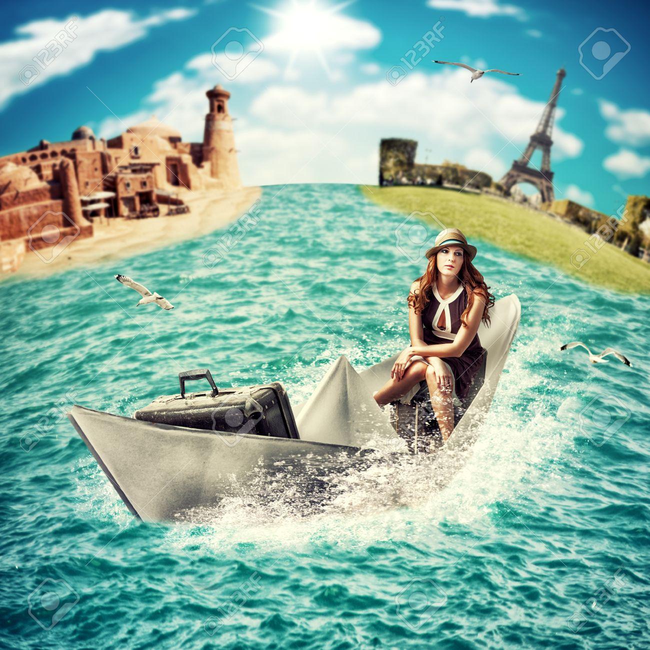 Concepto Del Recorrido - Soñando Travesía Del Mar En Todo El Mundo La Mujer Con Flotadores Equipaje En El Barco De Papel En El Océano Fotos, Retratos, Imágenes Y Fotografía De Archivo