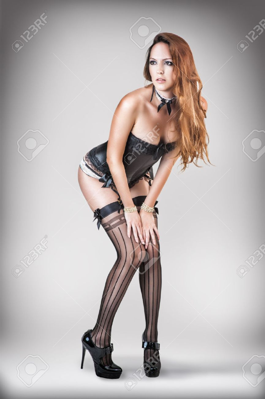 Сексуальная девушка в чулках наклоняется
