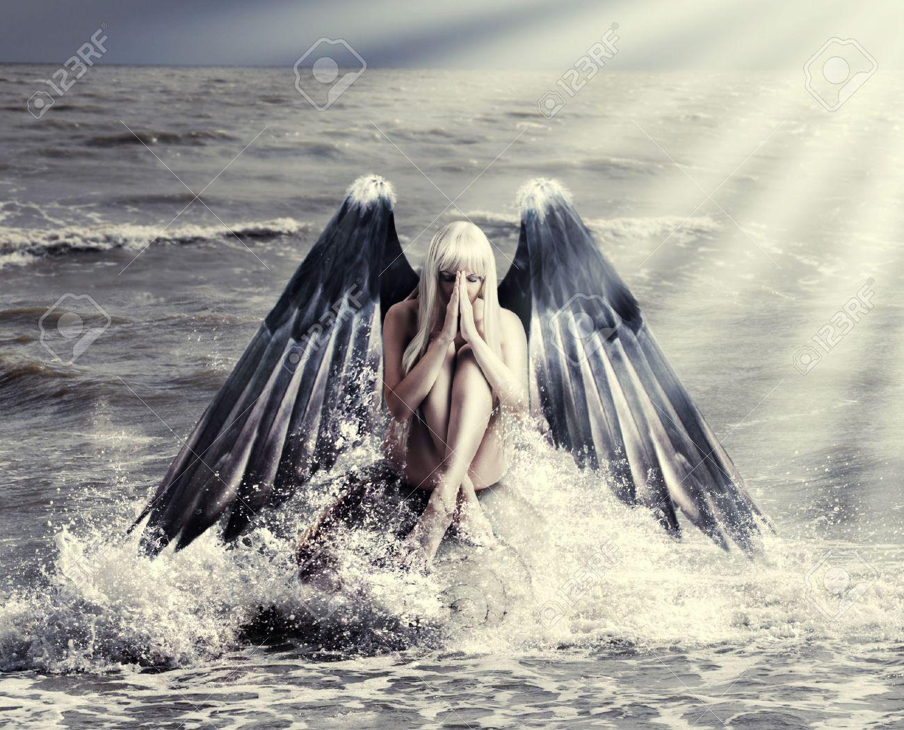 Ange Femme fantastique portrait de femme avec des ailes d'ange noir qui prient