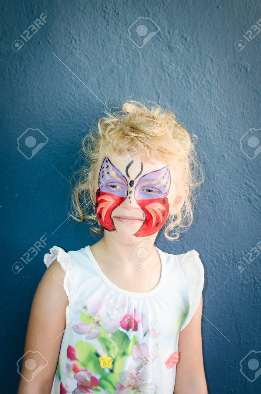 Schone Blonde Madchen Mit Schmetterling Gesicht Malen Lizenzfreie