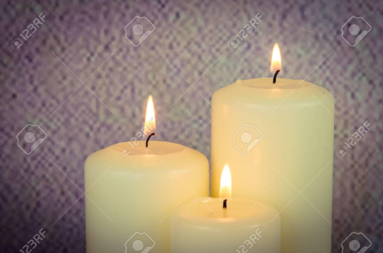 Decorare Candele Bianche : Tre candele accese bianco decorazione su sfondo rosa foto royalty