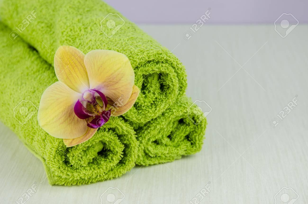 Concept Spa Et Bien Etre Avec Fleur D Orchidee Et Serviettes Vertes