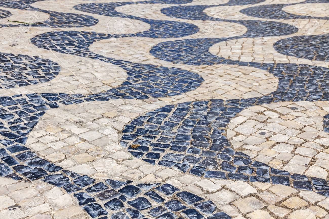 Azulejos De Pavimentacion Con Dibujos En Blanco Y Negro En La Ciudad - Azulejos-con-dibujos