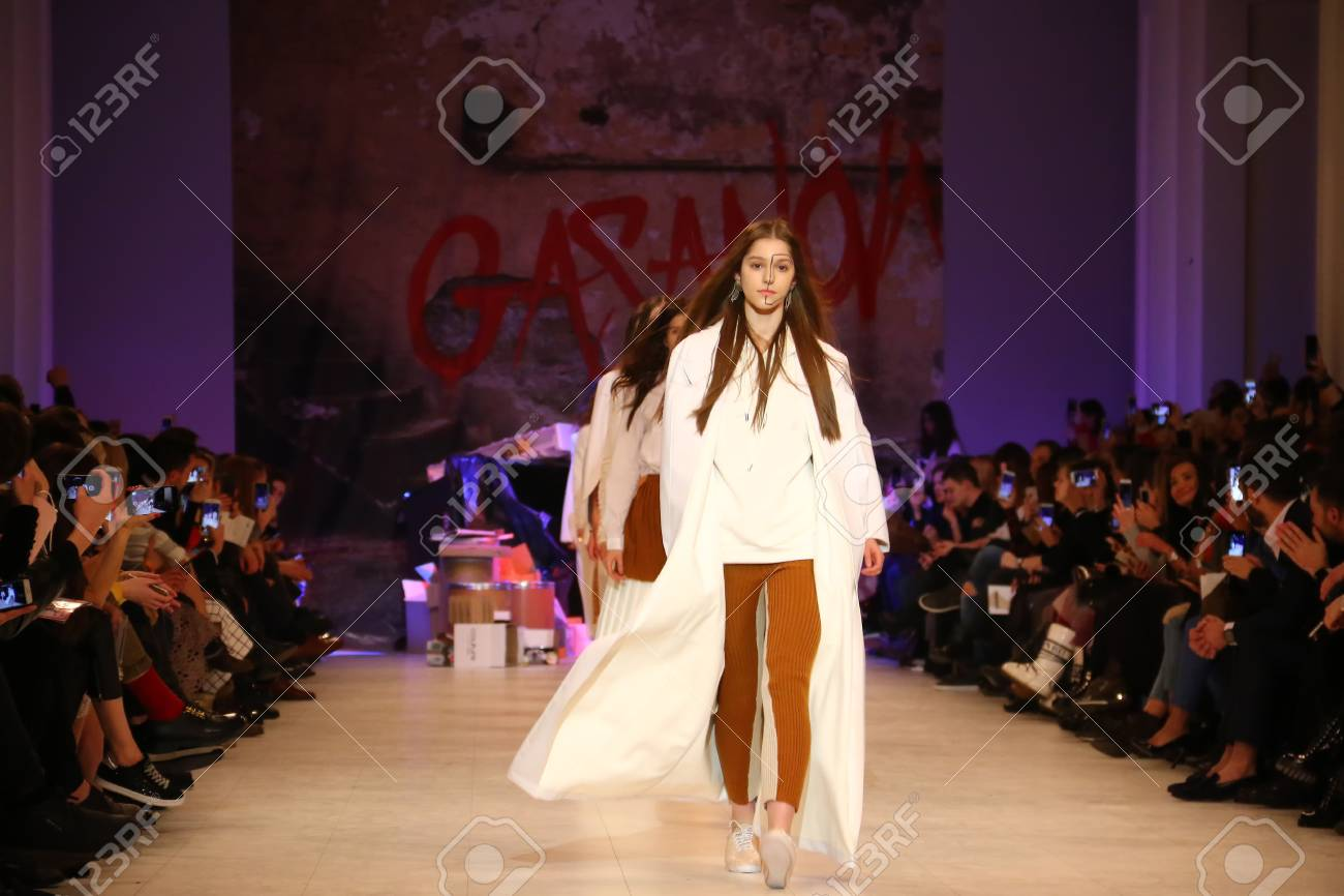 Kyiv Ucrania 7 De Febrero De 2017 Los Modelos Presentan Una Creación Del Diseñador Elvira Gasanova Durante La 40a Estación Ucraniana Fashion Week
