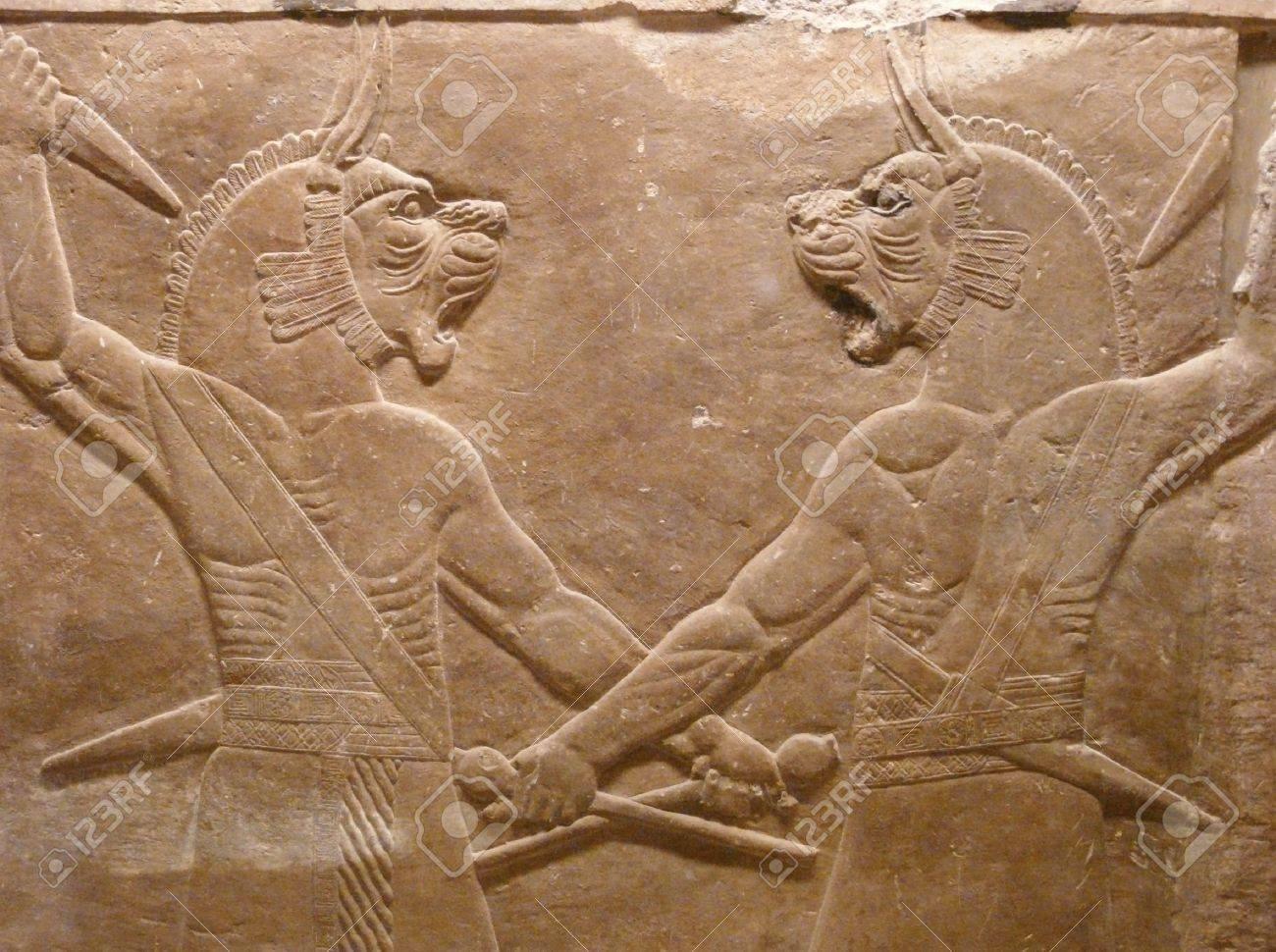 12341697-oude-assyrische-muur-houtsnijwerk-van-de-leeuw-in-het-hoofd-mannen.jpg