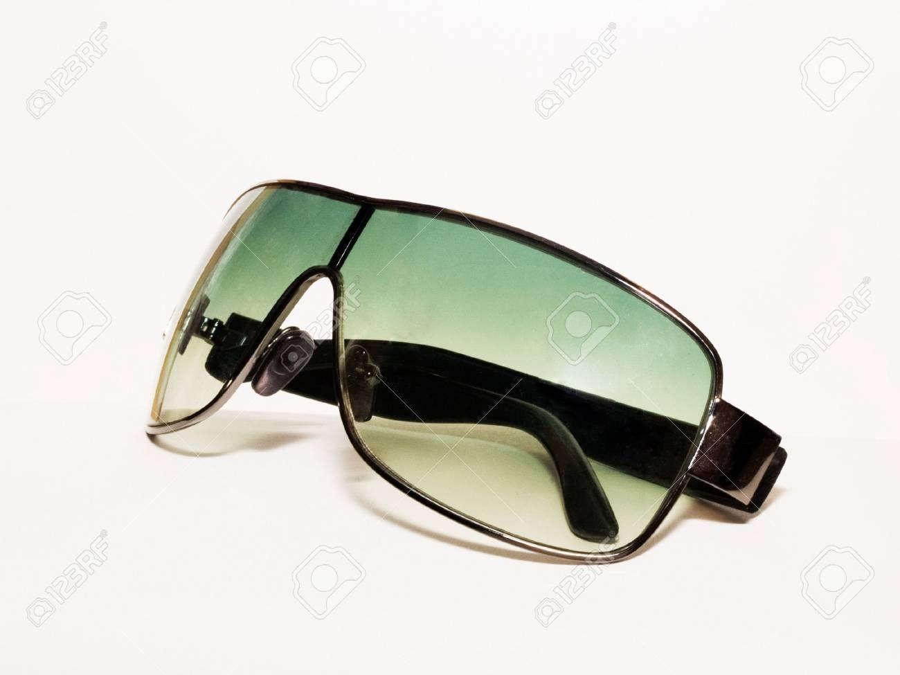 ae50ae4dc10d0c Groene zonne bril geïsoleerd op wit Stockfoto - 3606546