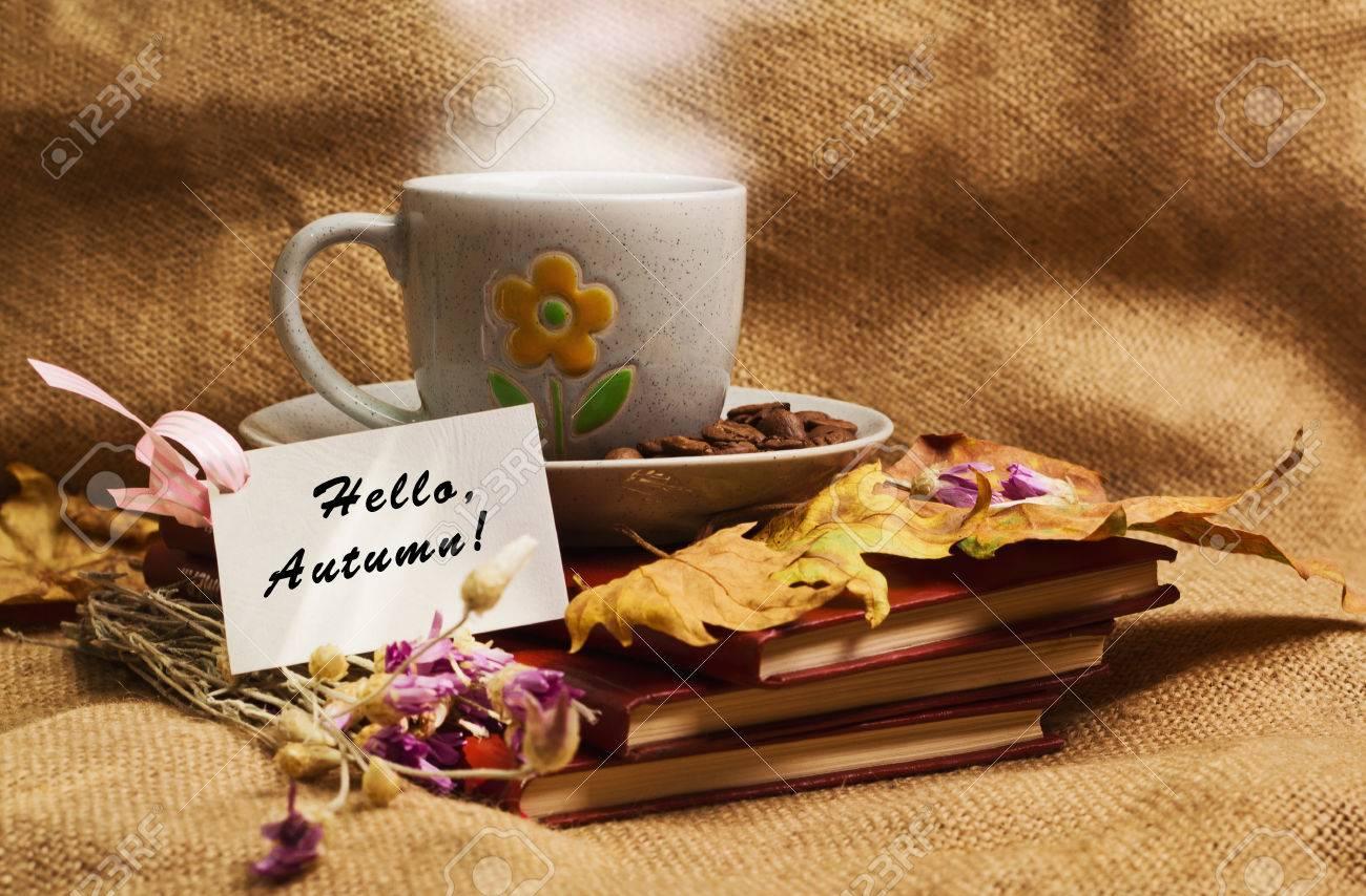 Tag Avec Des Mots Bonjour L Automne Et La Tasse De Café Allongé Sur Les Livres Avec Des Feuilles D érable Jaune Sec Et Des Fleurs éternelles Sur Fond