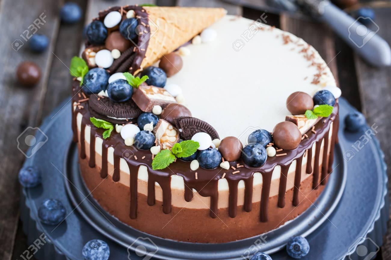 Deliciosa Mousse De Chocolate Tres Torta Decorada Con Cono De Galleta Dulce De Arándanos Menta Caramelos Y Glaseado