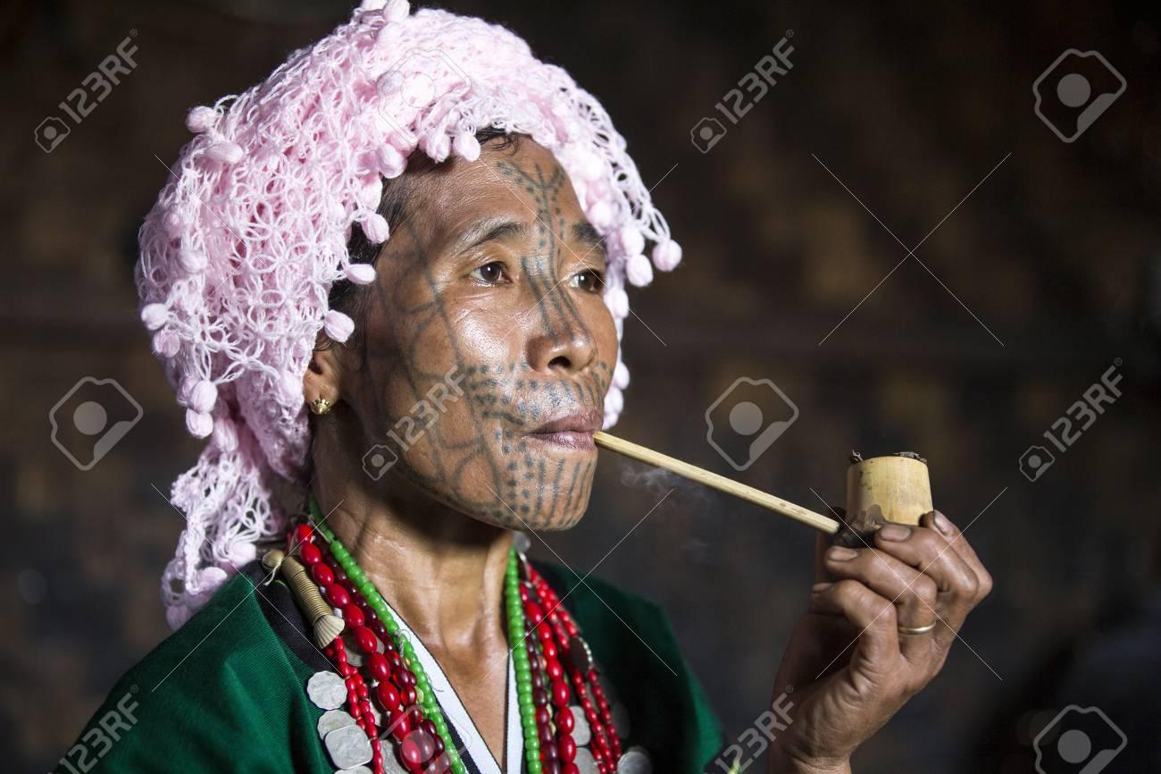 LouKay, enchantée - Page 2 76619767-r%C3%A9gion-du-menton-myanmar-11-novembre-2014-muun-tribu-mentonni%C3%A8re-fumer-une-pipe