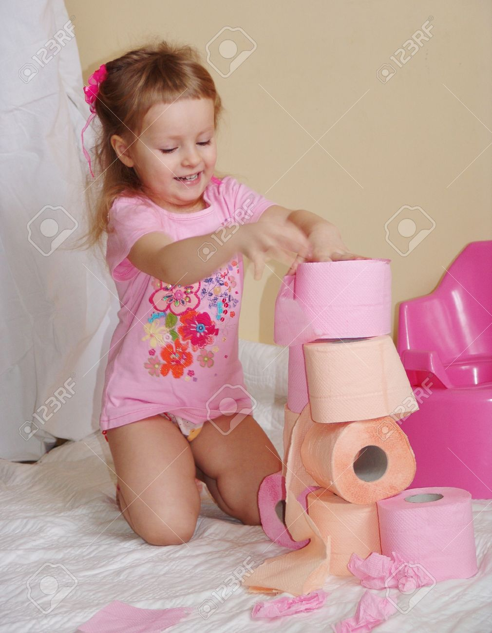 toddler girl pee The kid sits on a pot with a toilet paper Stock Photo - 9045072