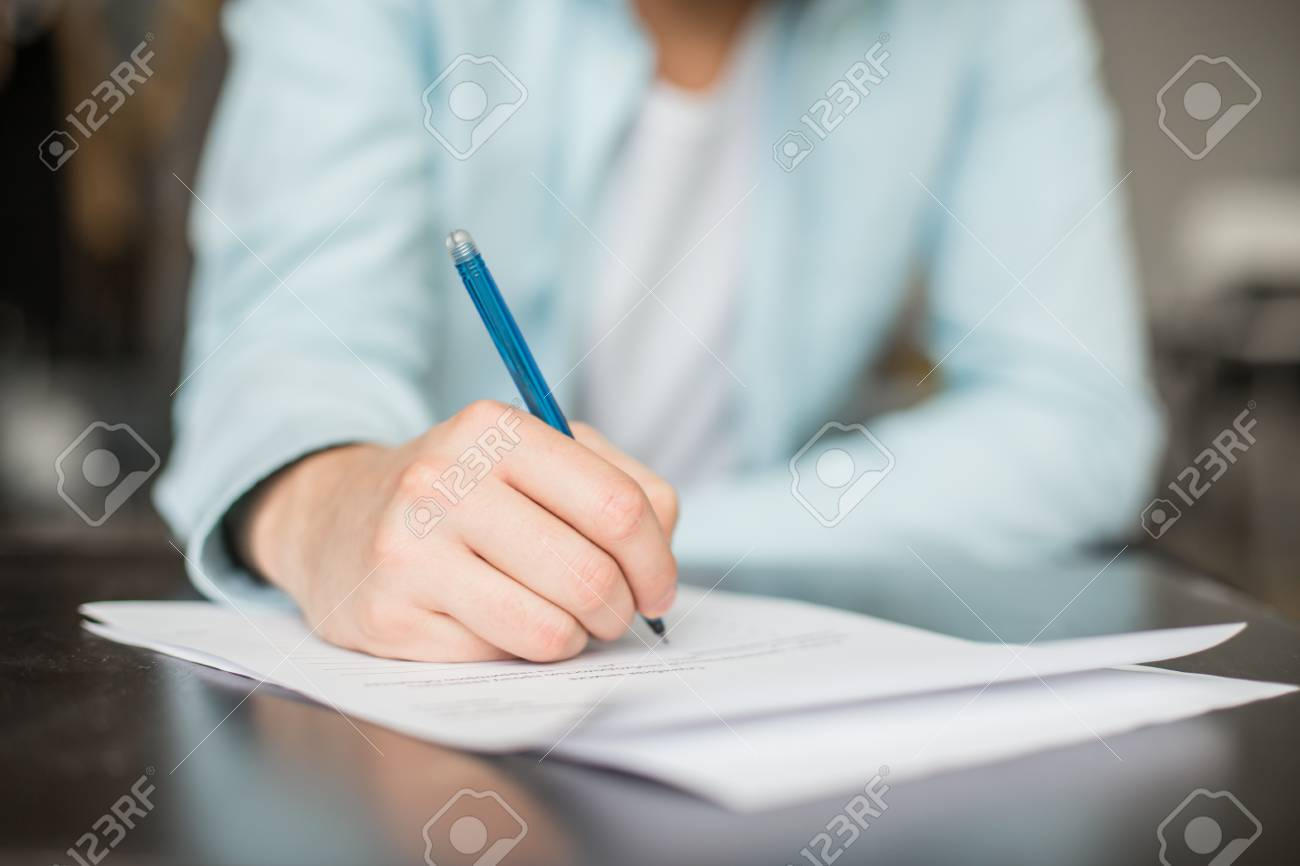 Mann Am Schreibtisch Schreiben Hände Mit Blatt Papier Oder Dokument
