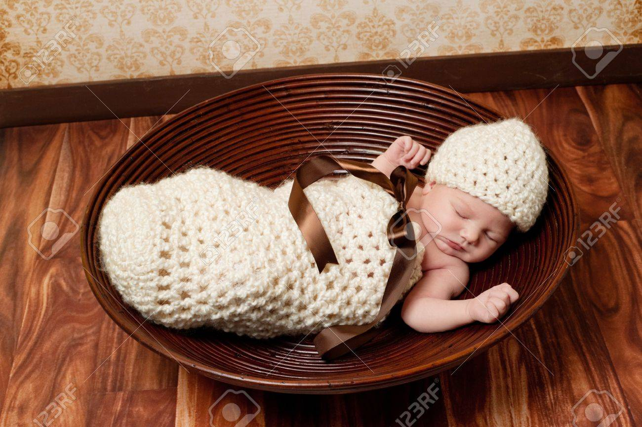 8 Días De Edad Recién Nacido Niña Durmiendo En Un Capullo De Color ...