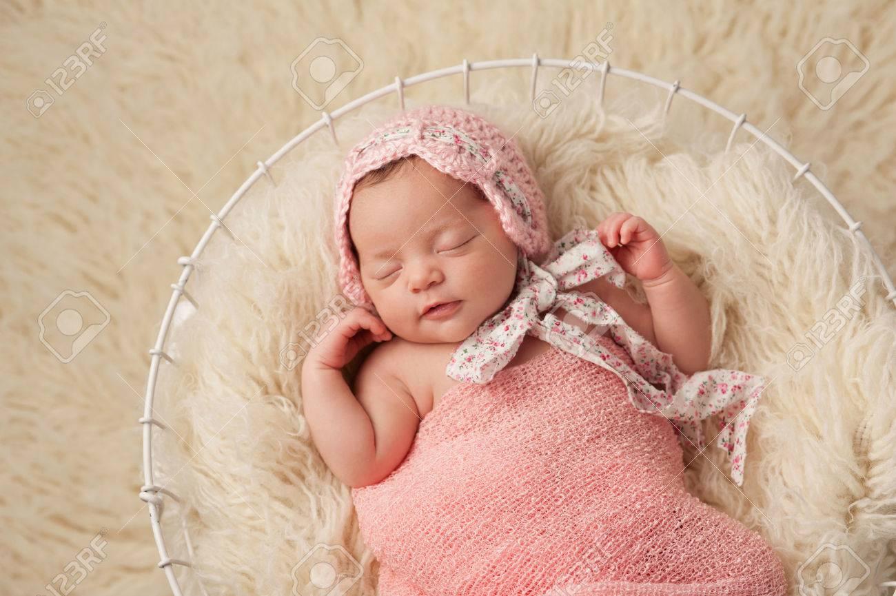 Een portret van een vijf weken oud pasgeboren baby meisje draagt