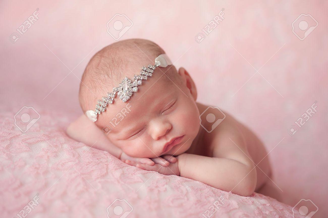 Portret van dagen oud pasgeboren baby meisje ze draagt een