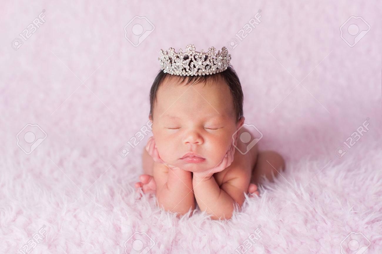 Foto de archivo - Retrato nueve días de edad dormir bebé recién nacido niña.  Ella lleva una corona de diamantes de imitación y se posó con su barbilla  en ... d0d64e93616