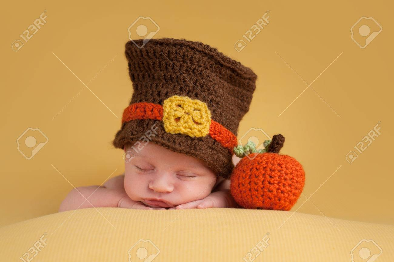 Archivio Fotografico - Tre settimane di età neonato ragazzo indossa un  cappello pellegrino all uncinetto. Egli sta dormendo su una coperta d oro  accanto a ... 5f06abcd72a4