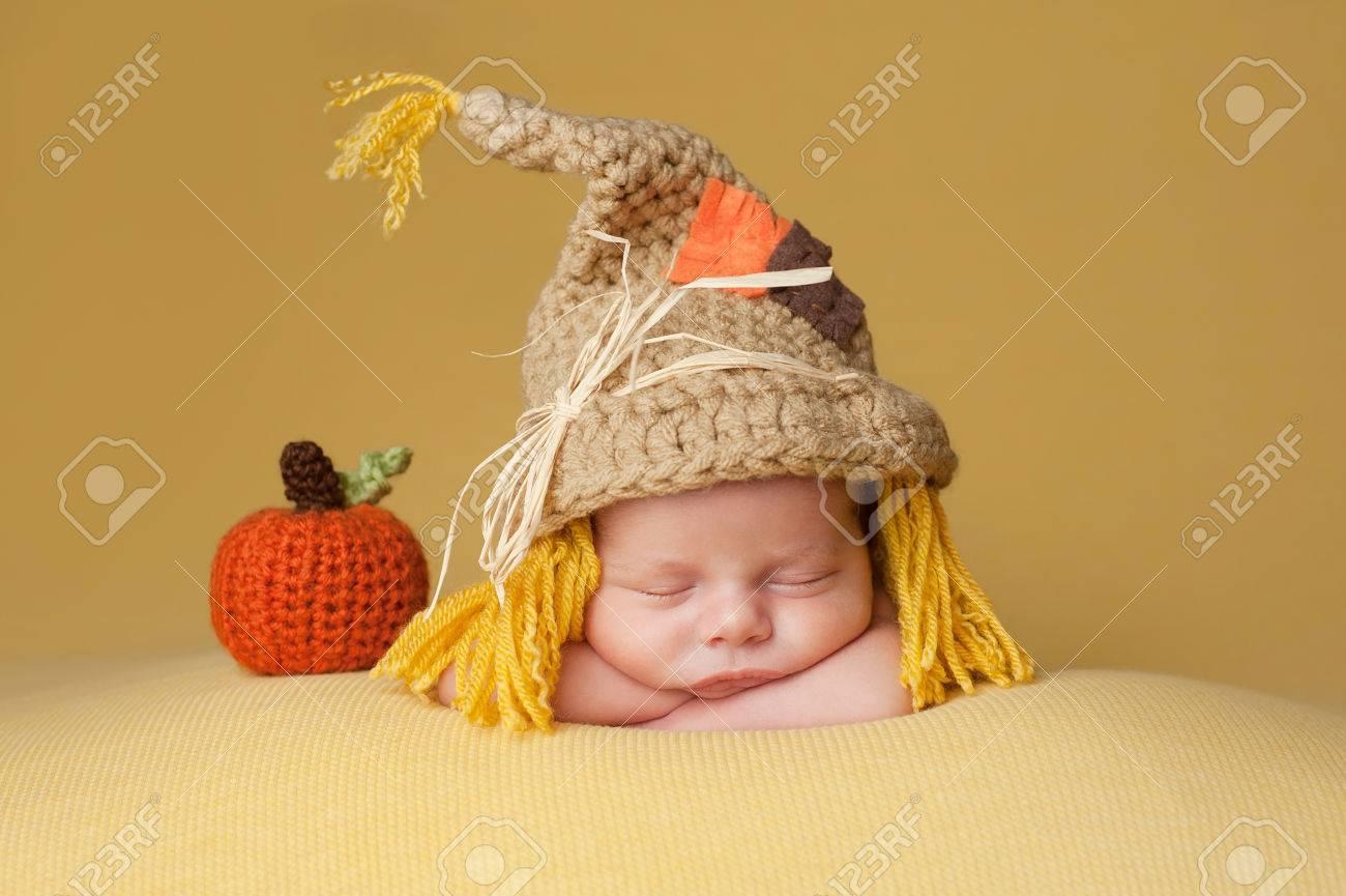 Cuatro semanas de edad bebé recién nacido que lleva un sombrero de ganchillo  espantapájaros. Él 8592a2d412e