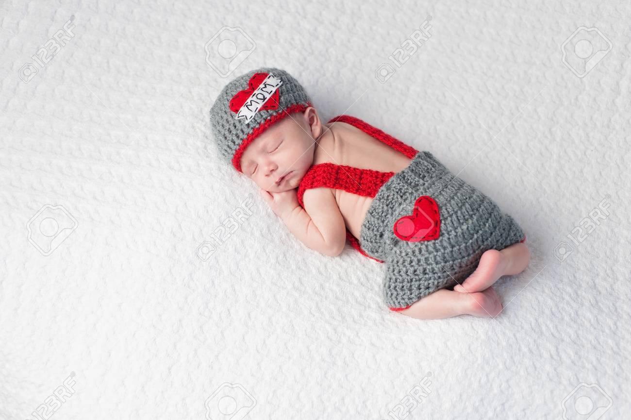 Cuatro Semanas De Edad Bebé Durmiendo Niño Con Un Ganchillo Beanie ...