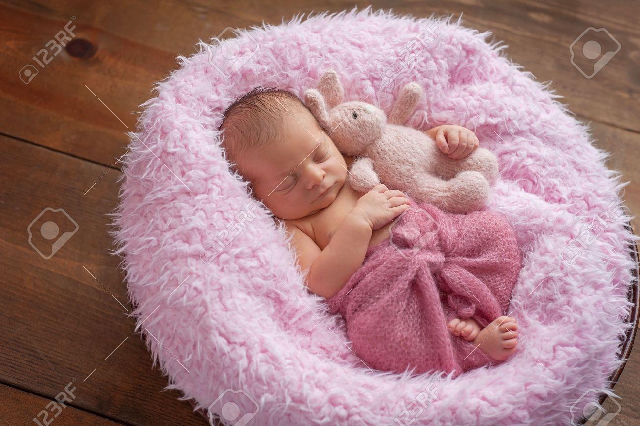 Una De Dormir Bebé Recién Nacido Niña De Seis Días En Una Ronda ... 249c70ee43e