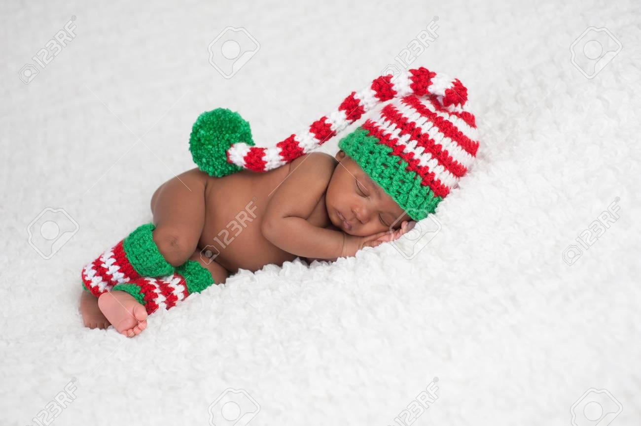 6b12b3393 Foto de archivo - Una niña de bebé de un mes de edad que llevaba un gorro  de ganchillo