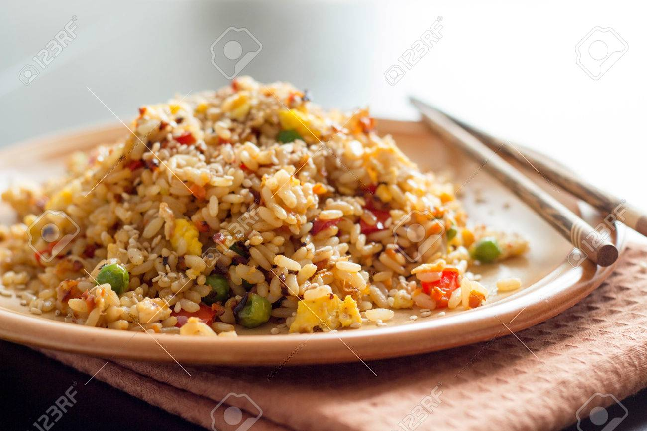 Riso fritto con verdure e uova fritte - Cucina cinese Archivio Fotografico - 32441354