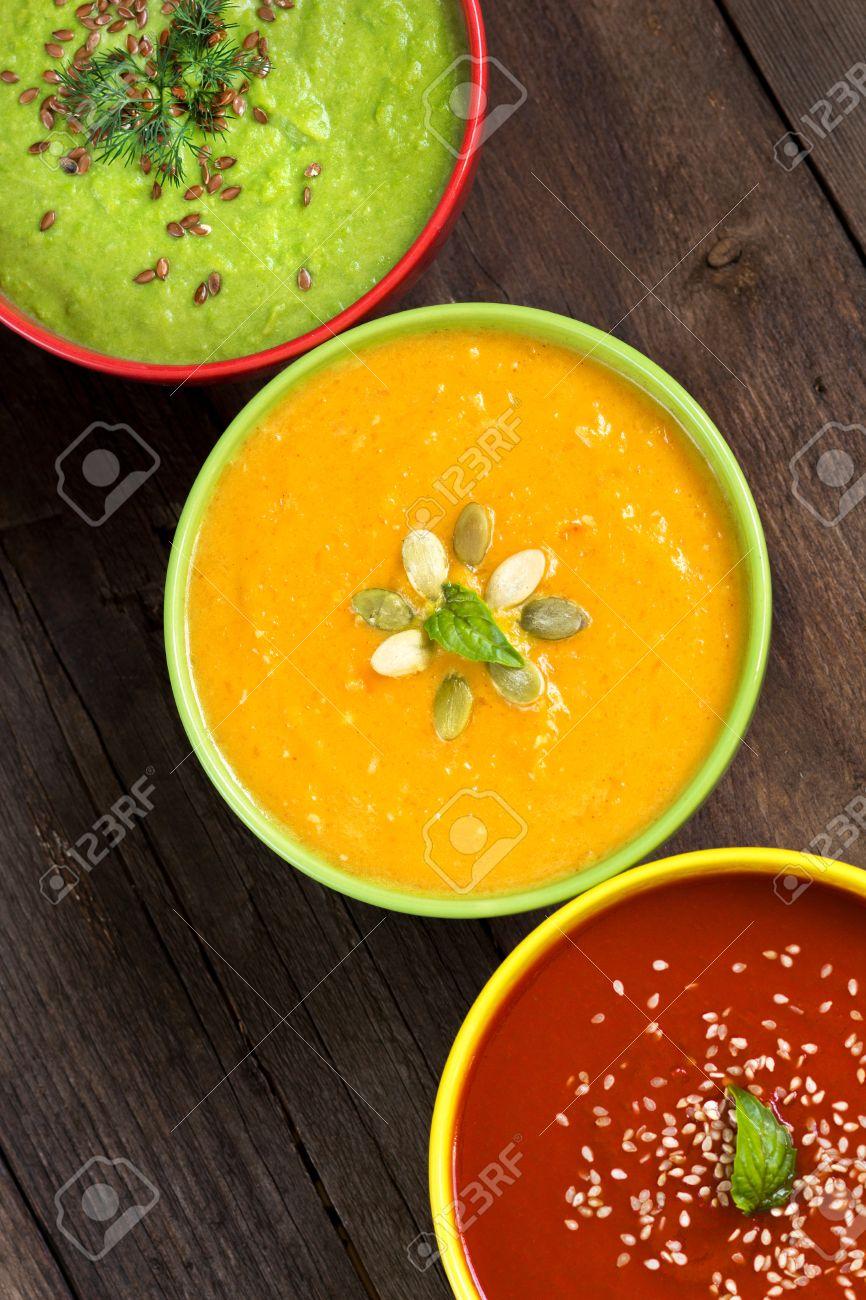Pomodoro, zucca e piselli zuppe su un tavolo di legno Archivio Fotografico - 32625191