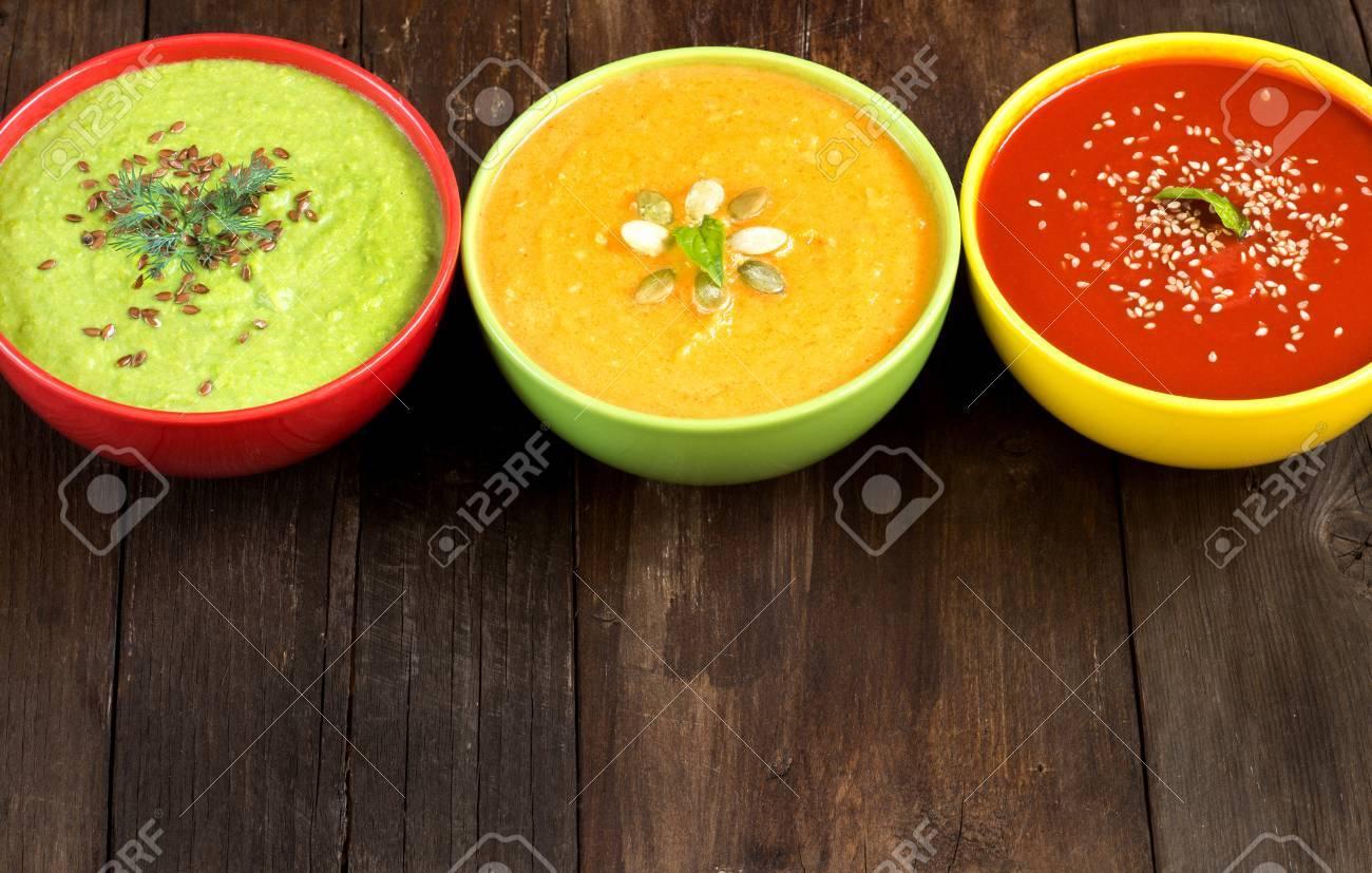 Pomodoro, zucca e piselli zuppe su un tavolo di legno Archivio Fotografico - 32625192