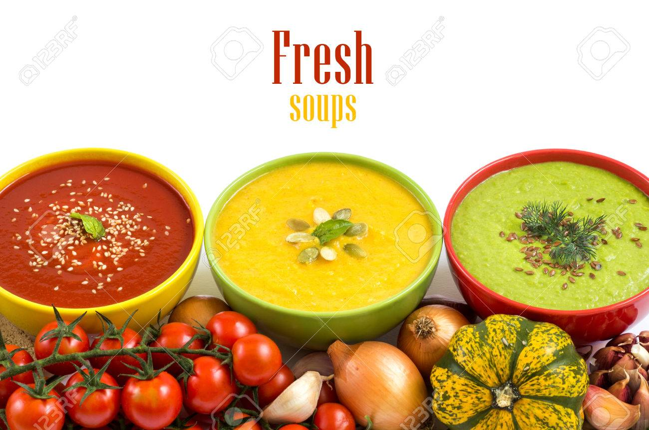 Tre zuppe fresche in ciotole e verdure colorate Archivio Fotografico - 32750393