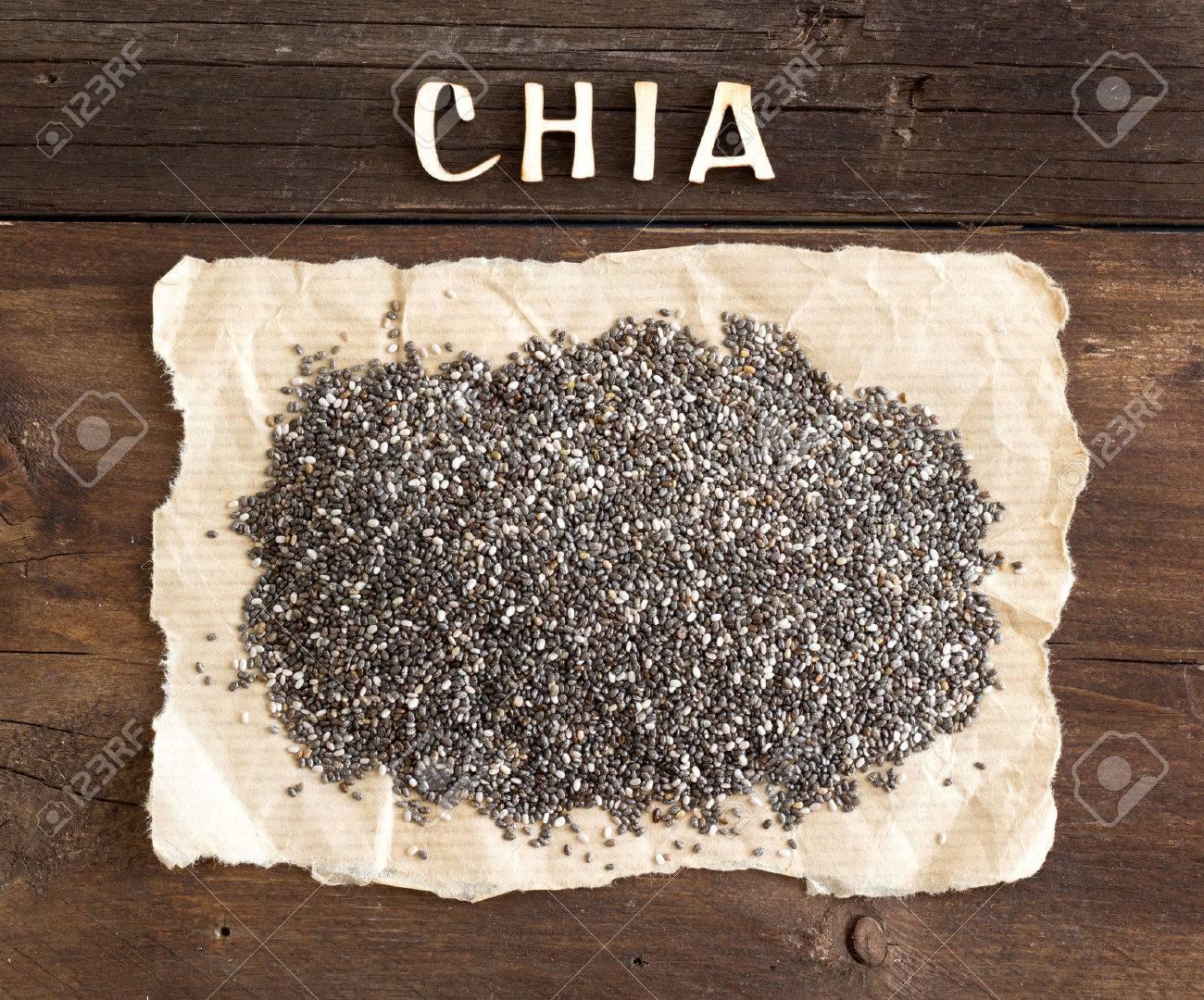 Chia semi con una parola CHIA su fondo in legno Archivio Fotografico - 35370110