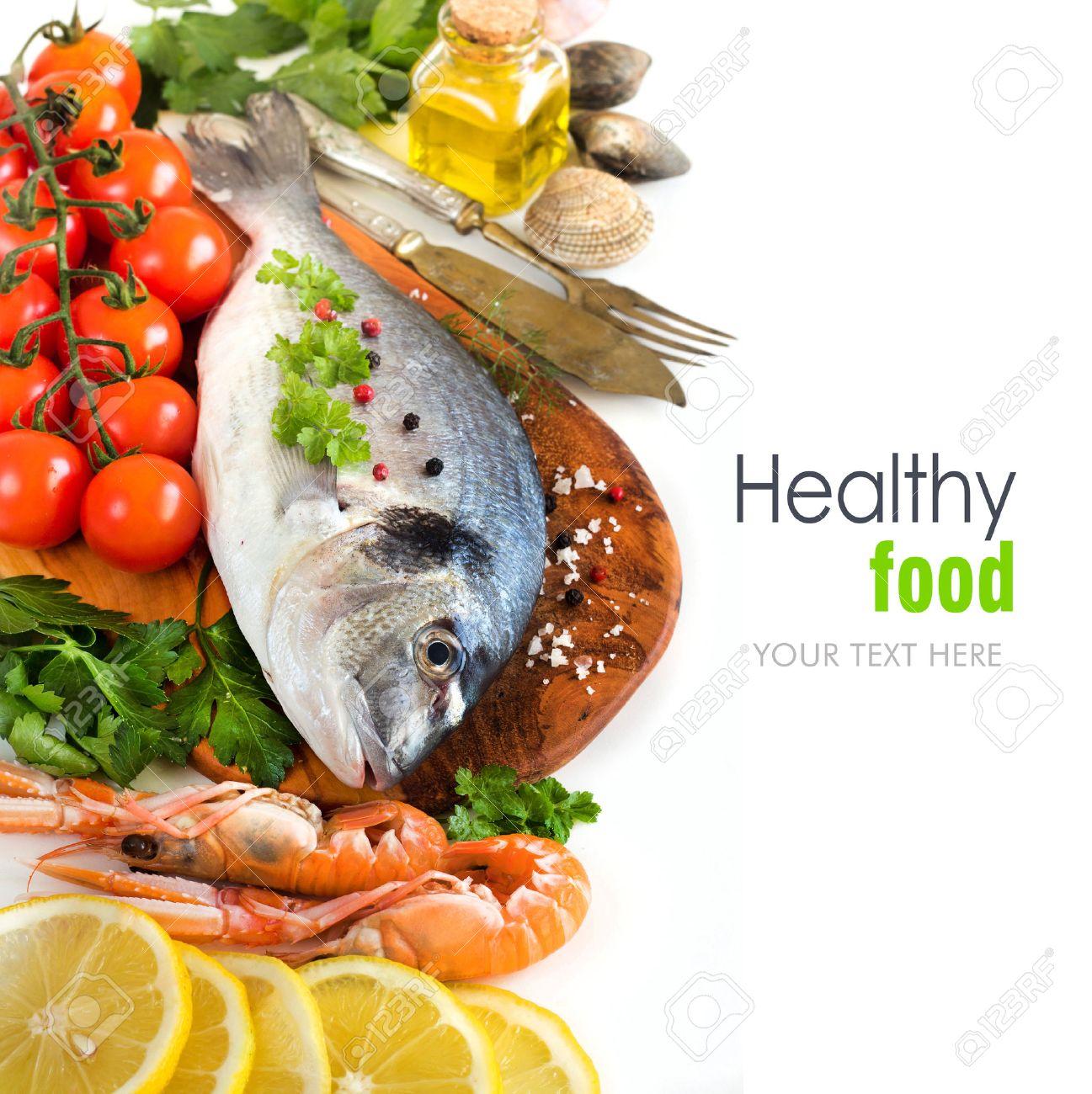 Fresh dorado pesce, frutti di mare e verdure su uno sfondo bianco Archivio Fotografico - 35515067