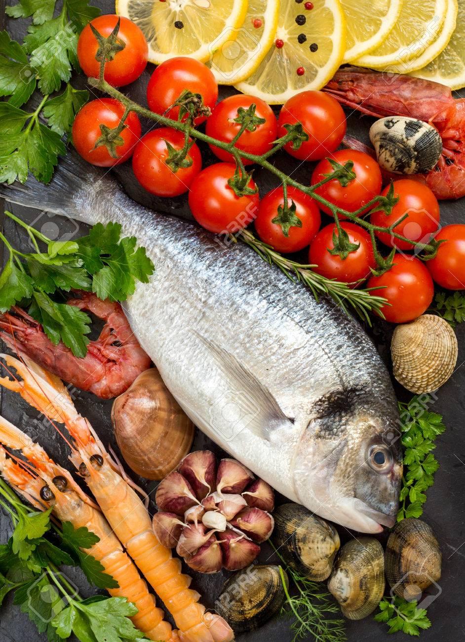Dorado pesce fresco, frutti di mare e verdure Archivio Fotografico - 35562017