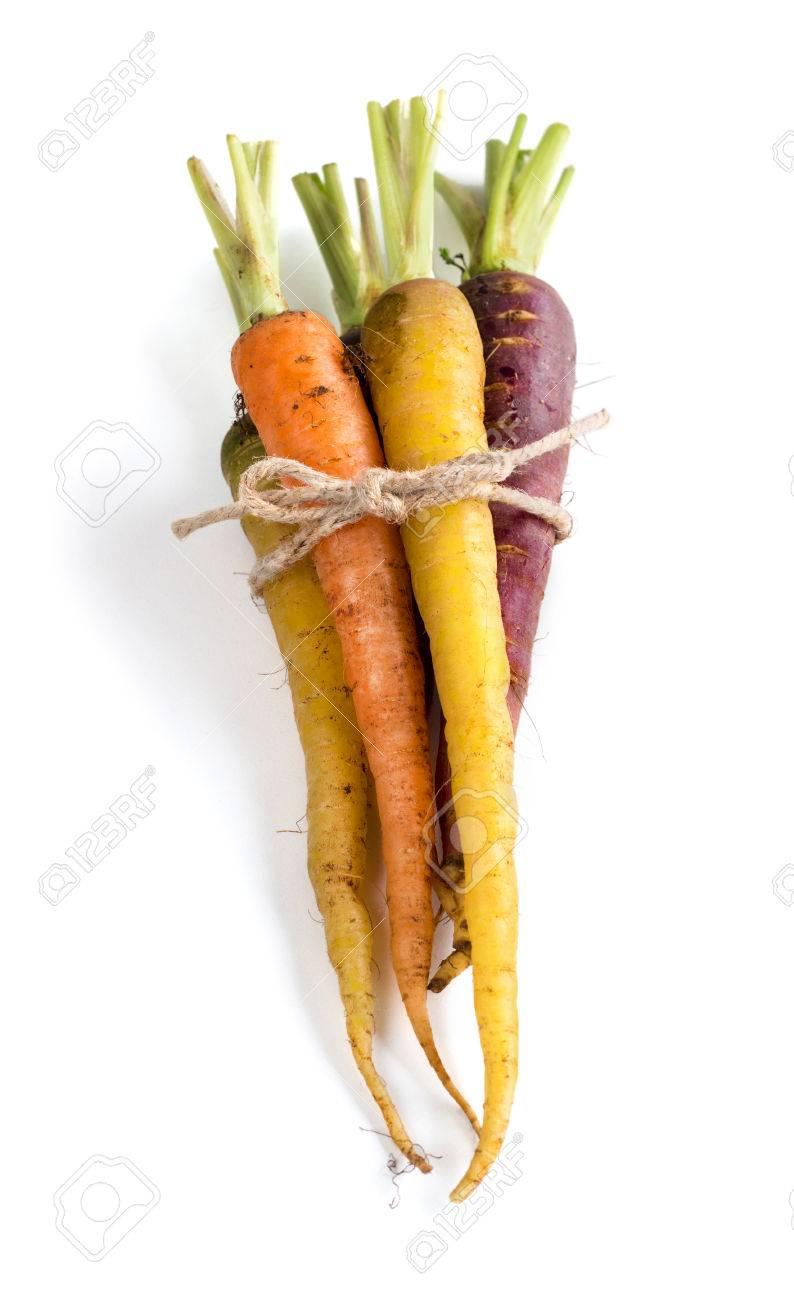Mazzo di carote fresche organici arcobaleno isolato su bianco Archivio Fotografico - 38735040