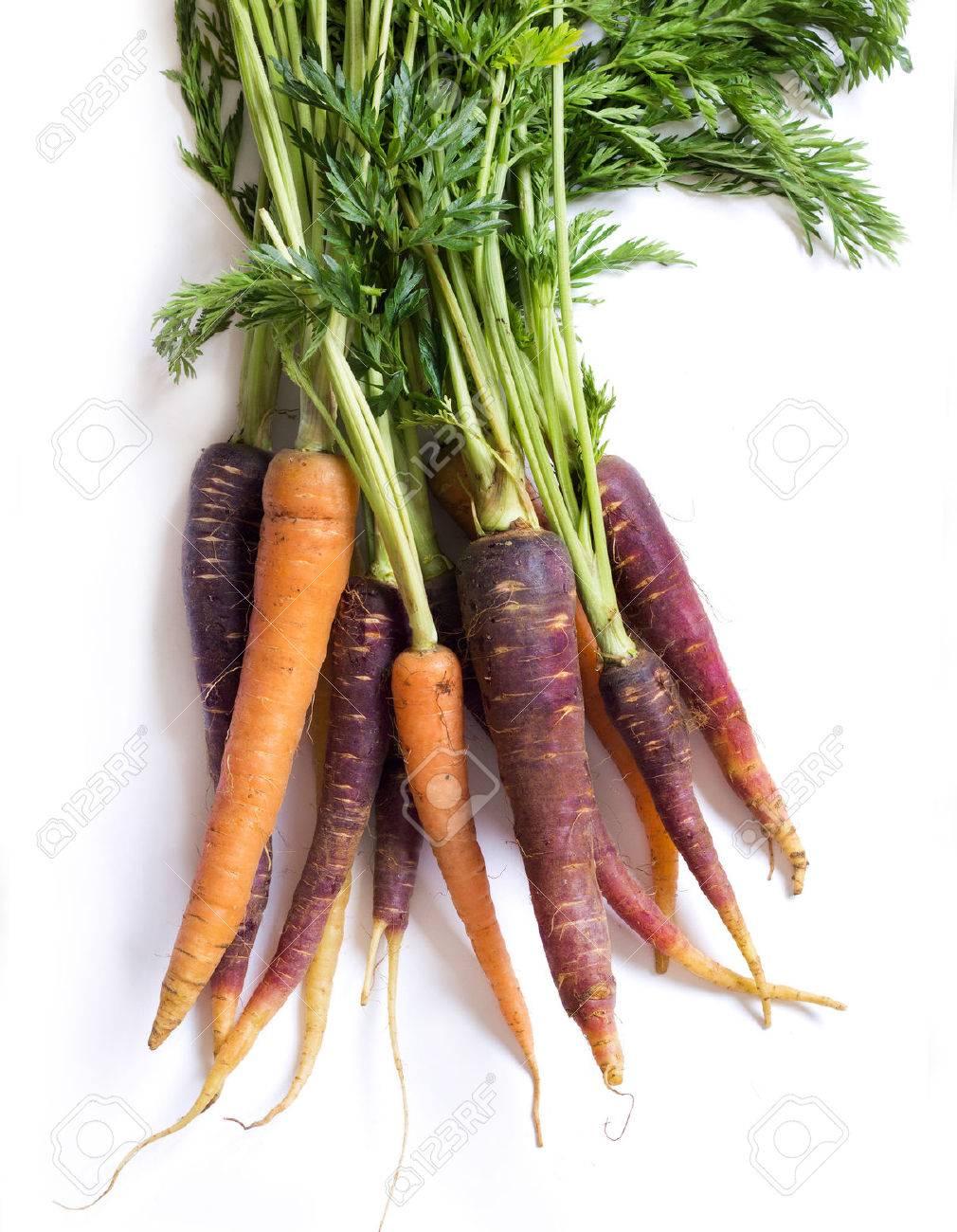 Mazzo di carote fresche organici arcobaleno isolato su bianco Archivio Fotografico - 38735139