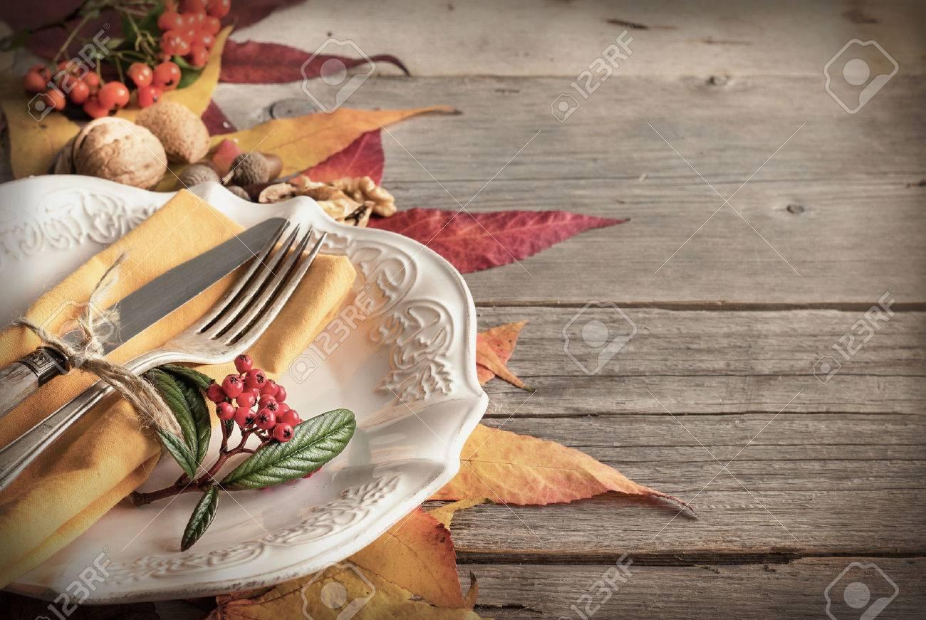 Autunno ambiente rustico tavolo con bacche, foglie, ghiande e noci Archivio Fotografico - 44237567