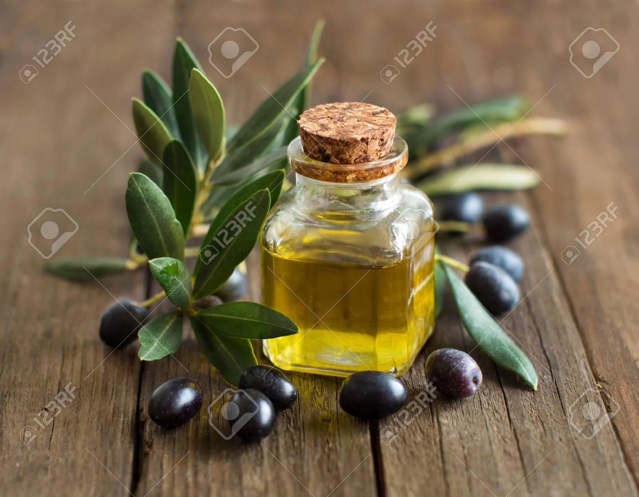 petrolio e fresche oliva olive su sfondo di legno rustico Archivio Fotografico - 47065989